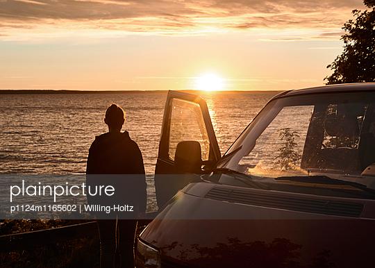 Frau und VW-Bus bei Sonnenuntergang - p1124m1165602 von Willing-Holtz
