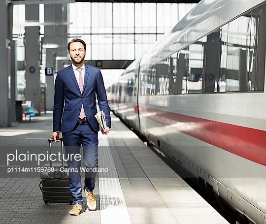Geschäftsmann am Bahnsteig - p1114m1159768 von Carina Wendland