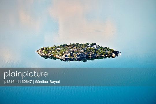 Kleine Insel im See bei Murici, Skutari See National Park, Montenegro, Balkan Halbinsel, Europa - p1316m1160647 von Günther Bayerl
