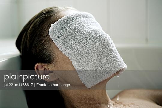 Frau in der Badewanne - p1221m1168617 von Frank Lothar Lange