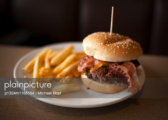 Burger mit Pommes Frites - p1324m1165164 von michaelhopf
