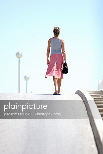 Frau geht Straße entlang, Portugal - p1316m1160379 von Christoph Jorda
