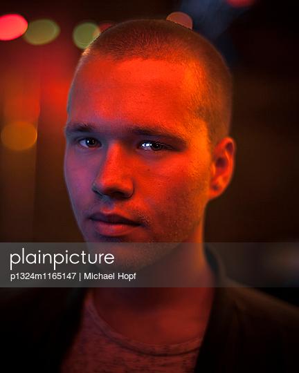 Porträt eines skeptischen jungen Mannes  - p1324m1165147 von michaelhopf