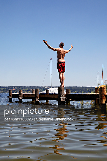 Mann auf dem Badesteg - p1146m1165023 von Stephanie Uhlenbrock