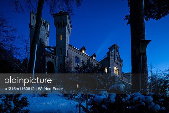 Hotel Schloss Seeburg im Winter, Berg, Bayern, Deutschland - p1316m1160612 von Wilfried Feder