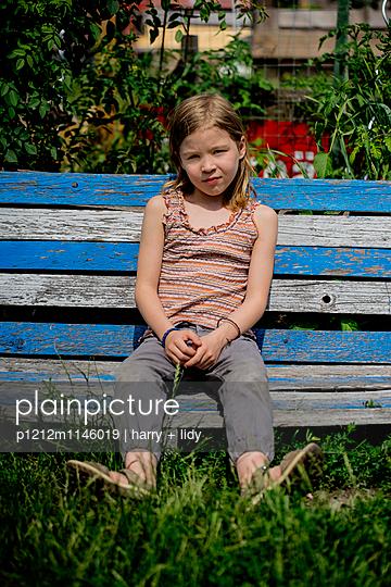 Mädchen auf der Gartenbank - p1212m1146019 von harry + lidy