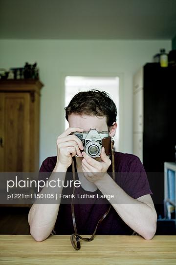 Junger Mann mit alter Kamera - p1221m1150108 von Frank Lothar Lange