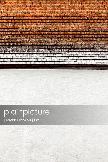 Hauswand mit Holzschindeln - p248m1165789 von BY