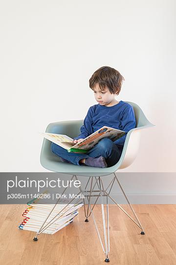 Lesen im Sessel - p305m1146286 von Dirk Morla