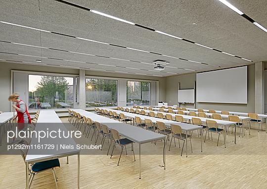 Reinigungsarbeiten in einem Seminarraum - p1292m1161729 von Niels Schubert