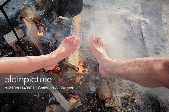 Warme Füße, nach dem Eisbaden - p1319m1149921 von Christian A. Werner