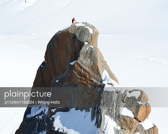 Bergsteiger erreicht den Gipfel  - p1124m1150024 von Willing-Holtz