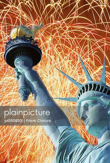 USA NEW YORK CITY.LIBERTY ISLAND.STATUE OF LIBERTY AND FIREWORKS.
