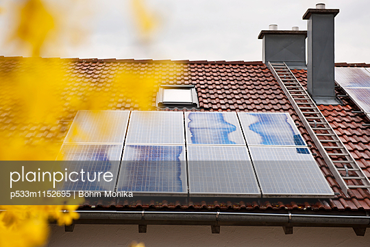 Solarzellen auf dem Hausdach - p533m1152695 von Böhm Monika