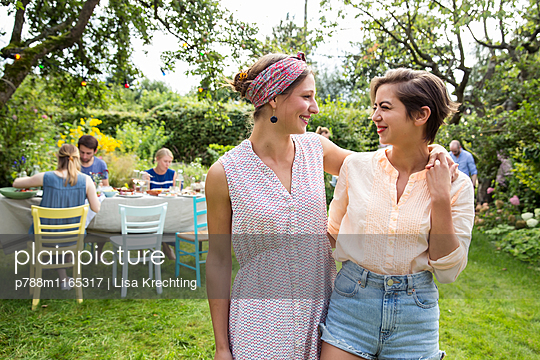 Freundinnen auf einer Gartenparty - p788m1165317 von Lisa Krechting