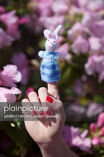 Strickhase auf Finger - p045m1149711 von Jasmin Sander