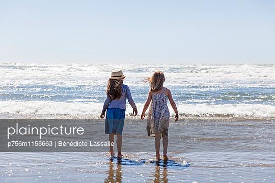 Zwei Mädchen am Strand - p756m1158663 von Bénédicte Lassalle