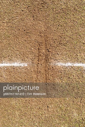 Kratzspuren auf einem Cricketplatz - p597m1161410 von Tim Robinson