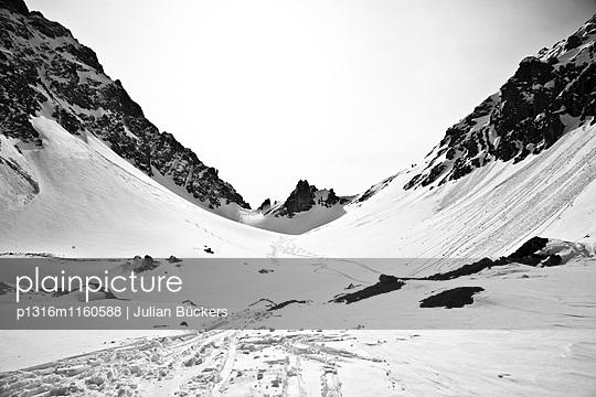 Skispuren kommen herab vom Tajatörl, Skitour Grünstein Umfahrung, Biberwier, Ehrwald, Wettersteingebirge, Tirol, Österreich - p1316m1160588 von Julian Bückers
