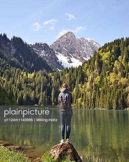 Frau blickt auf Bergsee in den Französischen Alpen - p1124m1149996 von Willing-Holtz