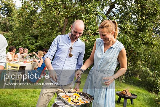 Freunde machen eine Grillparty  - p788m1165315 von Lisa Krechting