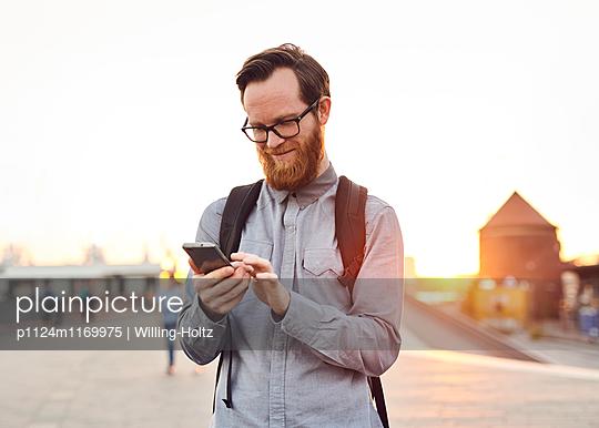 Mann mit Smartphone  - p1124m1169975 von Willing-Holtz