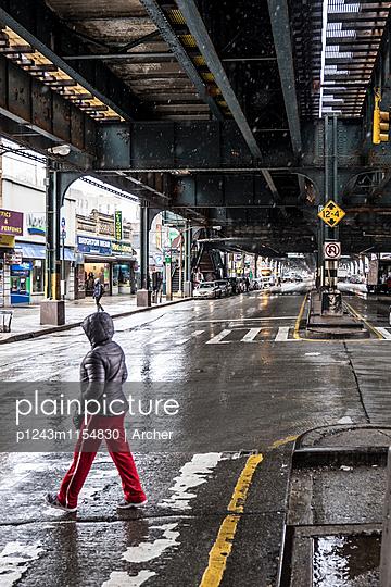 Unter einer Hochbahn von New York - p1243m1154830 von Archer