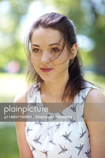 Portrait einer jungen Frau - p1146m1162898 von Stephanie Uhlenbrock