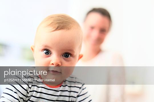 Baby strahlt in die Kamera  - p1258m1158886 von Peter Hamel