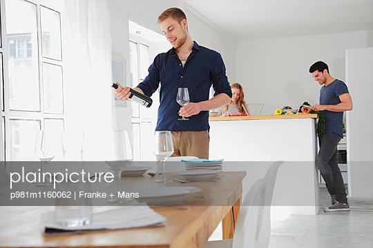 Der Wein zum Essen - p981m1160062 von Franke + Mans