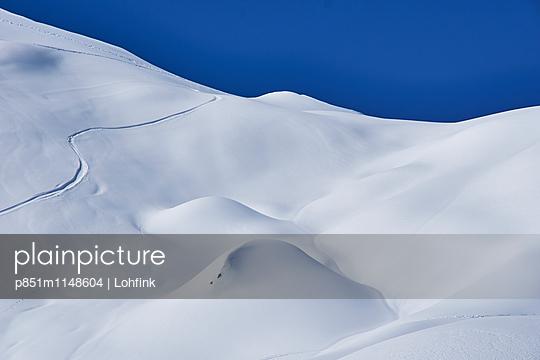 Verschneite Berglandschaft - p851m1148604 von Lohfink