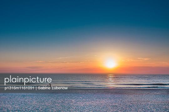 Sonnenuntergang, Sylt, Nordfriesland, Schleswig-Holstein, Deutschland - p1316m1161091 von Sabine Lubenow