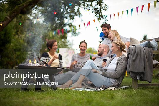 Clique macht eine Gartenparty im Sommer - p788m1165280 von Lisa Krechting
