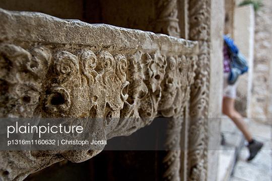Relief an der Wand, Hvar, Dalmatien, Kroatien - p1316m1160632 von Christoph Jorda