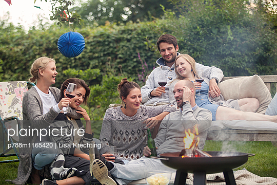 Gartenparty mit Freunden - p788m1165420 von Lisa Krechting