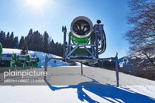 Schneekanone im Wintersportgebiet - p851m1148607 von Lohfink