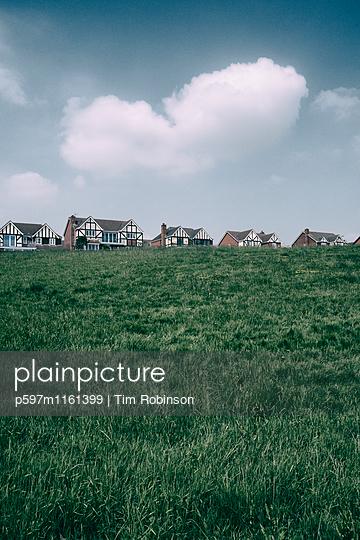 Neue Wohnsiedlung in Wales - p597m1161399 von Tim Robinson
