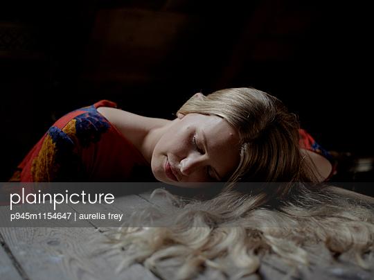 Junge Frau mit langen Haaren - p945m1154647 von aurelia frey