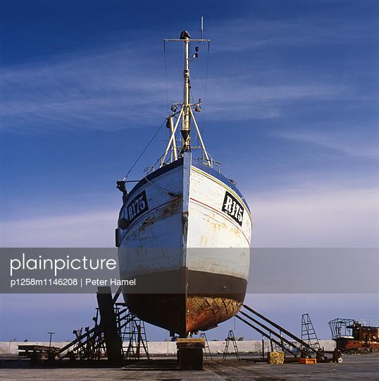 Aufgebocktes Boot im Hafen von Nexö - p1258m1146208 von Peter Hamel