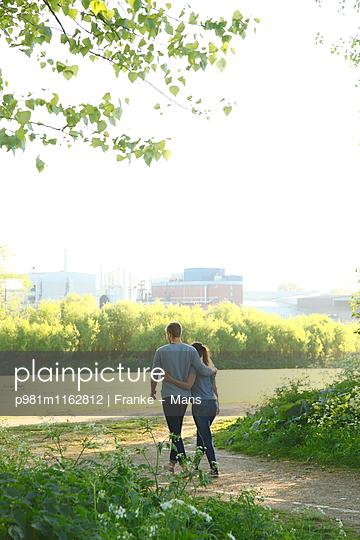 Spazierengehen - p981m1162812 von Franke + Mans