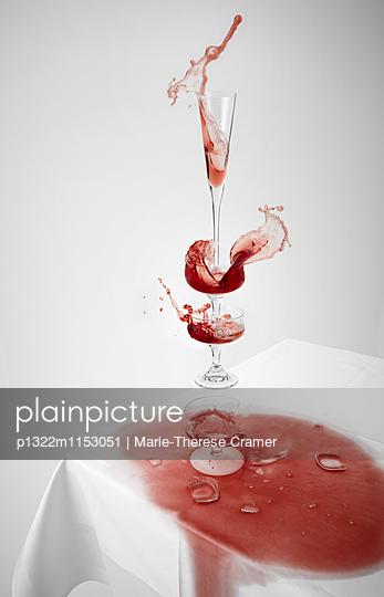 Tischszene mit rotem Sekt in schwebenden Gläsern - p1322m1153051 von Marie-Therese Cramer