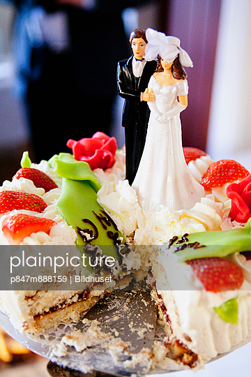 Wedding Cake With Wedding Couple As Decoration