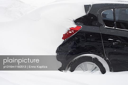 Eingeschneiter PKW nach einem Schneesturm, Uludag, Bursa, Türkei - p1316m1160513 von Enno Kapitza