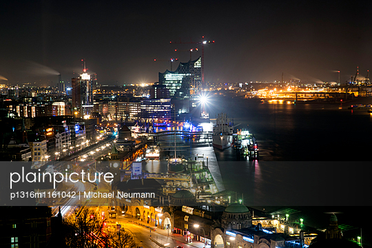 Blick aus Hotelzimmer auf Hamburger Hafen und Elbphilarmonie, Hamburg, Deutschland - p1316m1161042 von Michael Neumann