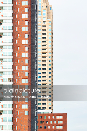 Verschiedenfarbige Wohnblocks - p587m1155096 von Spitta + Hellwig