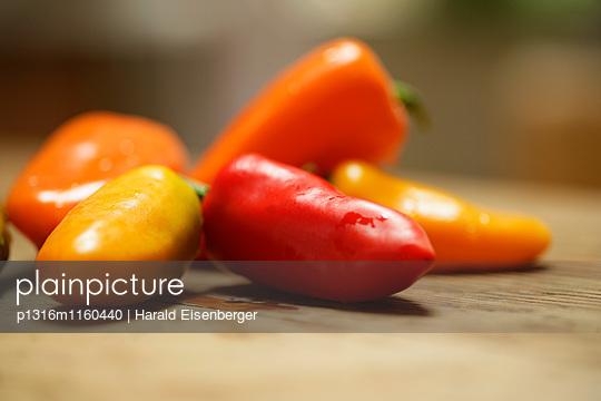 Frische Paprika, Nahaufnahme - p1316m1160440 von Harald Eisenberger
