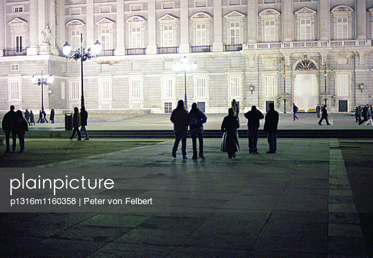 Menschen vor Palacio Real, Madrid, Spanien - p1316m1160358 von Peter von Felbert