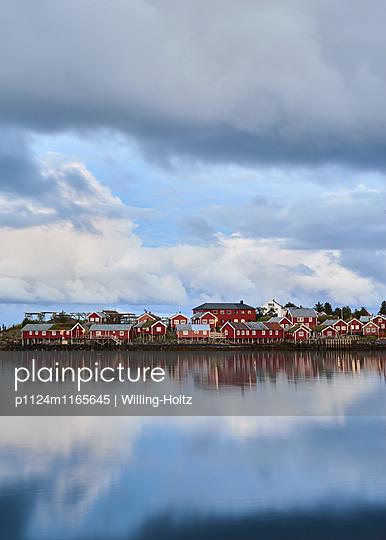 Dorf am Wasser in der blauen Stunde - p1124m1165645 von Willing-Holtz