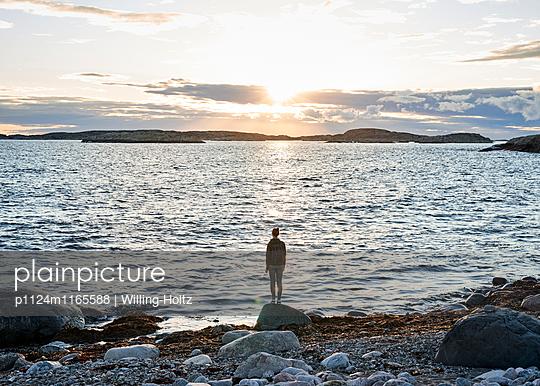 Frau an Schärenküste - p1124m1165588 von Willing-Holtz