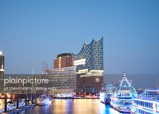 Elbphilharmonie und Hamburger Hafen - p1124m1149974 von Willing-Holtz